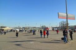 Μόσχα, Ρωσία - 10 Μαρτίου 2016 Η περιοχή μπροστά από το σιδηροδρομικό σταθμό Kursk RZD στο έτος που μεταφέρει περισσότερο από 1 Στοκ Φωτογραφία