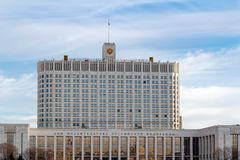 Μόσχα, Ρωσία - 25 Μαρτίου 2018: Κυβερνητικό σπίτι Ρωσικής Ομοσπονδίας μια ηλιόλουστη ημέρα άνοιξη Στοκ εικόνα με δικαίωμα ελεύθερης χρήσης