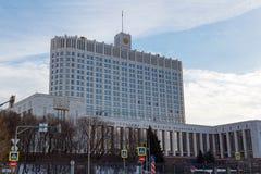Μόσχα, Ρωσία - 25 Μαρτίου 2018: Να στηριχτεί του κυβερνητικού σπιτιού Ρωσικής Ομοσπονδίας στο ανάχωμα Krasnopresnenskaya Στοκ Εικόνα