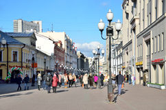 Μόσχα, Ρωσία, 20 Μαρτίου, 2016, ρωσική σκηνή: άνθρωποι που περπατούν στην οδό Arbat την άνοιξη Στοκ φωτογραφία με δικαίωμα ελεύθερης χρήσης