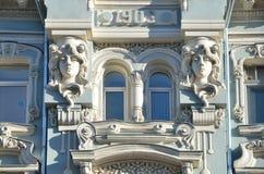 Μόσχα, Ρωσία, 23 Μαρτίου, 2015 Ρωσική σκηνή: Σπίτι διαμερισμάτων με τα καταστήματα του Π Ι Butikov και Μ Ι Mishin, μνημείο του ar Στοκ φωτογραφίες με δικαίωμα ελεύθερης χρήσης
