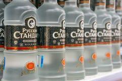 Μόσχα, Ρωσία - 12 Μαρτίου 2018: Ρωσική τυποποιημένη βότκα Το διάσημο εμπορικό σήμα βότκας Αλκολούχο προϊόν σε ένα κατάστημα Στοκ Φωτογραφίες