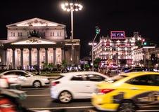 09/03/2017, Μόσχα, Ρωσία Μια από την κεντρική οδό της πόλης και του θεάτρου της Μόσχας στο υπόβαθρο Στοκ Εικόνες
