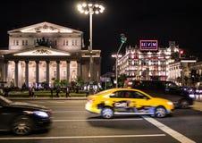 09/03/2017, Μόσχα, Ρωσία Μια από την κεντρική οδό της πόλης και του θεάτρου της Μόσχας στο υπόβαθρο Στοκ Φωτογραφίες