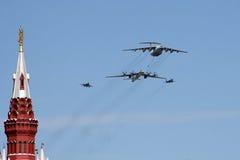 Μόσχα, Ρωσία - μπορέστε 09, το 2008: εορτασμός WWII ημέρας νίκης της παρέλασης στο κόκκινο τετράγωνο Σοβαρή μετάβαση του στρατιωτ στοκ εικόνες