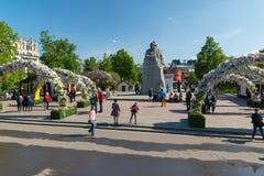 Μόσχα, Ρωσία - μπορέστε 14 2016 Το τετράγωνο θεάτρων είναι διακοσμημένο με τις αψίδες με τα λουλούδια - αναπηδήστε το φεστιβάλ Μό Στοκ Εικόνες
