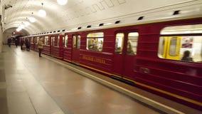 Μόσχα, Ρωσία 9 Οκτωβρίου 2016 Κόκκινο βέλος - ονομαστικό τραίνο στον υπόγειο Okhotny Ryad φιλμ μικρού μήκους