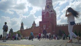 Μόσχα, Ρωσία, στις 27 Ιουλίου 2018 Κάτοικοι και τουρίστες που περπατούν στο κόκκινο τετράγωνο Φωτογραφίζονται ενάντια στο σκηνικό φιλμ μικρού μήκους