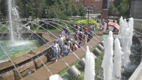 Μόσχα, Ρωσία, στις 27 Ιουλίου 2018 Πηγή σύνθετη στους κήπους του Αλεξάνδρου Κάτοικοι και φιλοξενούμενοι του κεφαλαίου, υπόλοιπο κ φιλμ μικρού μήκους