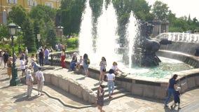 Μόσχα, Ρωσία, στις 27 Ιουλίου 2018 Πηγή σύνθετη στους κήπους του Αλεξάνδρου Κάτοικοι και φιλοξενούμενοι του κεφαλαίου, υπόλοιπο κ απόθεμα βίντεο