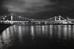 Μόσχα Ρωσία Της Κριμαίας γέφυρα με το φωτισμό νύχτας ποταμός της Μόσχας στοκ φωτογραφία
