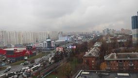 Μόσχα, Ρωσία - τον Απρίλιο του 2016: Φλιτζάνι του καφέ με την ετικέτα σπιτιών Shokoladnitsa coffe στο χέρι κοριτσιών Αεροπλάνα με απόθεμα βίντεο