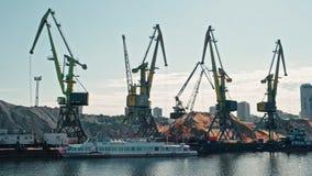 Μόσχα, Ρωσία 15 του Μαΐου του 2015: Γερανοί αποβαθρών παλαιού Riverport και των δεμένων βαρκών κρουαζιέρας ποταμών στον Μόσχα-ποτ απόθεμα βίντεο