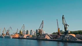 Μόσχα, Ρωσία 15 του Μαΐου του 2015: Γερανοί λιμένων και όγκος της άμμου στον παλαιό λιμένα ποταμών απόθεμα βίντεο