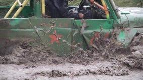 Μόσχα, Ρωσία - το Σεπτέμβριο του 2018: Το πλαϊνό αυτοκίνητο στη φυλή οδηγεί τον ανήφορο από τη βαθιά λάσπη με το νερό συνδετήρας  απόθεμα βίντεο
