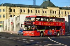 Μόσχα, Ρωσία - 18 Φεβρουαρίου 2016 διώροφη πόλη λεωφορείων τουριστών που επισκέπτεται στην οδό Varvarka Στοκ φωτογραφίες με δικαίωμα ελεύθερης χρήσης