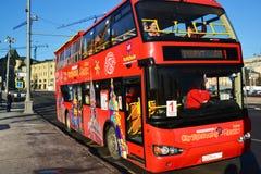 Μόσχα, Ρωσία - 18 Φεβρουαρίου 2016 διώροφη πόλη λεωφορείων τουριστών που επισκέπτεται στην οδό Varvarka Στοκ Φωτογραφία
