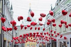 Μόσχα, Ρωσία - 11 Φεβρουαρίου 2018 Μετάβαση Tretyakov που διακοσμείται με τα μπαλόνια στη μορφή των καρδιών για την ημέρα βαλεντί Στοκ Εικόνα