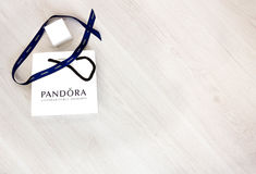 Μόσχα, Ρωσία - 08 14 2016: Pandora η τσάντα μεταφορέων σε ένα άσπρο υπόβαθρο, Pandora είναι διάσημη για τα βραχιόλια, τις γοητείε Στοκ Εικόνες