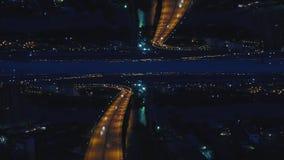 Μόσχα τη νύχτα με την αστική αρχιτεκτονική και τον ποταμό πέρα από τη γέφυρα, Ρωσία, επίδραση οριζόντων καθρεφτών MEDIA Εναέρια ν απόθεμα βίντεο