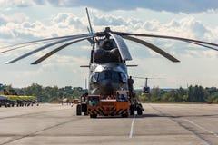 Μόσχα - τον Αύγουστο του 2015 Το παγκόσμιο μεγαλύτερο ελικόπτερο mi-26 στο διάδρομο στοκ φωτογραφία