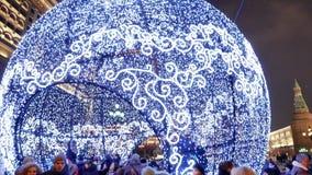 Μόσχα, χειμερινό βράδυ, νέες διακοπές έτους Οι άνθρωποι περπατούν στην πλατεία Manezhnaya απόθεμα βίντεο