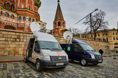 Μόσχα - 10 04 2017: Χώρος στάθμευσης δύο οχημάτων ραδιοφωνικής μετάδοσης κοντά στο Κρεμλίνο Στοκ φωτογραφίες με δικαίωμα ελεύθερης χρήσης