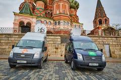 Μόσχα - 10 04 2017: Χώρος στάθμευσης δύο οχημάτων ραδιοφωνικής μετάδοσης κοντά στο Κρεμλίνο Στοκ Φωτογραφίες