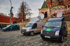 Μόσχα - 10 04 2017: Χώρος στάθμευσης δύο οχημάτων ραδιοφωνικής μετάδοσης κοντά στο Κρεμλίνο Στοκ Εικόνες