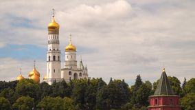 Μόσχα Ivan ο μεγάλος πύργος κουδουνιών πίσω από τον τοίχο του Κρεμλίνου απόθεμα βίντεο