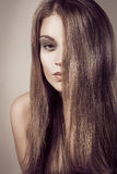 Μόδας μακριά ξανθή τρίχα γυναικών πορτρέτου νέα προκλητική ελκυστική Στοκ Φωτογραφίες