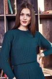 Μόδας ύφους γυναικών τέλειος σωμάτων μορφής brunette τρίχας ένδυσης πράσινος μαλλιού φορεμάτων κοστουμιών οικοδεσπότης αέρα γραμμ Στοκ φωτογραφίες με δικαίωμα ελεύθερης χρήσης
