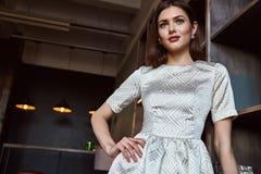 Μόδας ύφους όμορφο πρότυπο ένδυσης τρίχας brunette μορφής σωμάτων γυναικών τέλειο Στοκ Εικόνες