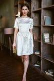 Μόδας ύφους όμορφο πρότυπο ένδυσης τρίχας brunette μορφής σωμάτων γυναικών τέλειο Στοκ Φωτογραφία