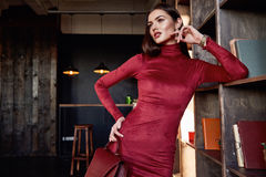 Μόδας ύφους όμορφο πρότυπο ένδυσης τρίχας brunette μορφής σωμάτων γυναικών τέλειο Στοκ φωτογραφία με δικαίωμα ελεύθερης χρήσης