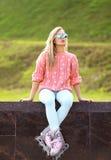Μόδα, άκρο, διασκέδαση, νεολαία και έννοια ανθρώπων - όμορφη γυναίκα Στοκ Φωτογραφία