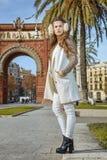Μόδα-έμπορος κοντά Arc de Triomf στη Βαρκελώνη που κοιτάζει κατά μέρος Στοκ εικόνες με δικαίωμα ελεύθερης χρήσης