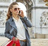 Μόδα-έμπορος κοντά Arc de Triomphe στο Παρίσι που χρησιμοποιεί το κινητό τηλέφωνο Στοκ εικόνα με δικαίωμα ελεύθερης χρήσης