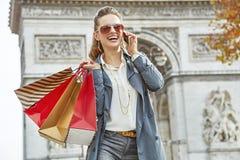 Μόδα-έμπορος κοντά Arc de Triomphe χρησιμοποιώντας το κινητό τηλέφωνο, Παρίσι Στοκ Φωτογραφίες