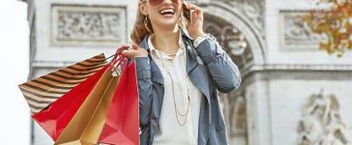 Μόδα-έμπορος κοντά Arc de Triomphe χρησιμοποιώντας το κινητό τηλέφωνο, Παρίσι Στοκ φωτογραφία με δικαίωμα ελεύθερης χρήσης