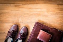 Μόδα γυναικών ` s με την τσάντα δέρματος, το καφετιά πορτοφόλι και τα παπούτσια στο woode Στοκ Εικόνες