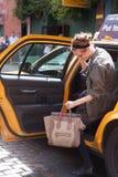 Μόδα η πρότυπη Jac που παίρνει ένα αμάξι στοκ φωτογραφία με δικαίωμα ελεύθερης χρήσης