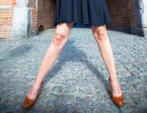 Μόδα Θηλυκά πόδια στα μοντέρνα παπούτσια υπαίθρια Στοκ Εικόνες