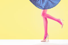 Μόδα Θηλυκή φούστα Μακριά πόδια, υψηλή εξάρτηση τακουνιών Στοκ Φωτογραφίες
