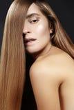 Μόδα μακρυμάλλης όμορφο κορίτσι Υγιές ευθύ λαμπρό ύφος τρίχας Πρότυπο γυναικών ομορφιάς Ομαλό σαλόνι hairstyle Στοκ φωτογραφίες με δικαίωμα ελεύθερης χρήσης