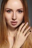 Μόδα μακρυμάλλης όμορφο ξανθό κορίτσι Υγιές ευθύ λαμπρό ύφος τρίχας Πρότυπο γυναικών ομορφιάς Ομαλό hairstyle Στοκ Φωτογραφία