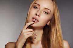Μόδα μακρυμάλλης Όμορφο ξανθό κορίτσι, Υγιές ευθύ λαμπρό ύφος τρίχας Πρότυπο γυναικών ομορφιάς Ομαλό hairstyle Στοκ Φωτογραφίες