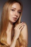 Μόδα μακρυμάλλης Όμορφο ξανθό κορίτσι, Υγιές ευθύ λαμπρό ύφος τρίχας Πρότυπο γυναικών ομορφιάς Ομαλό hairstyle Στοκ Εικόνες