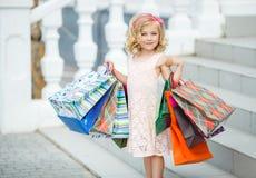 Μόδα μικρών κοριτσιών με τις συσκευασίες στη λεωφόρο στοκ εικόνες με δικαίωμα ελεύθερης χρήσης