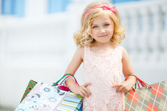 Μόδα μικρών κοριτσιών με τις συσκευασίες στη λεωφόρο στοκ φωτογραφία